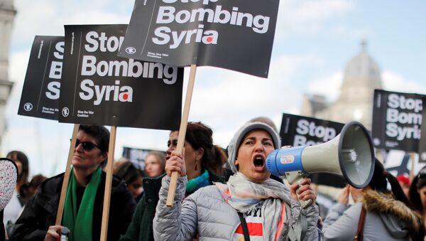 Przeciwnicy nalotów koalicji USA na Syrię - Sputnik Polska