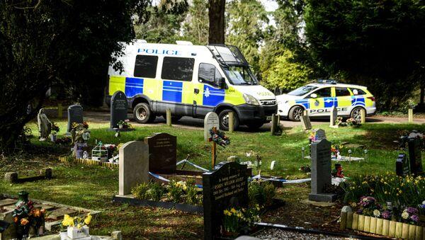 Policja na cmentarzu Salisbury, gdzie spoczywa żona byłego oficera GRU Siergieja Skripala Ludmiła i syn Aleksander - Sputnik Polska