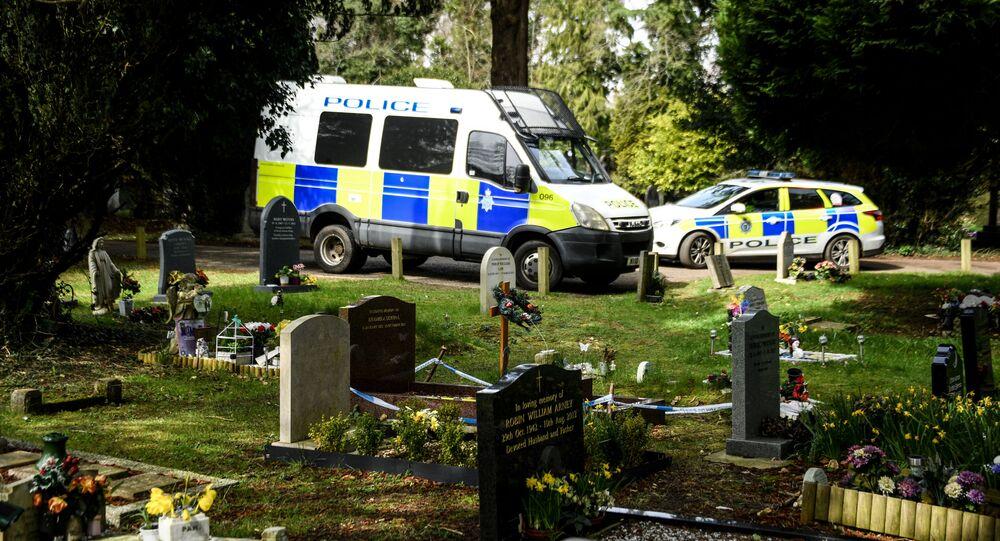 Policja na cmentarzu Salisbury, gdzie spoczywa żona byłego oficera GRU Siergieja Skripala Ludmiła i syn Aleksander