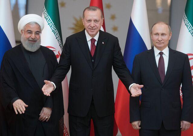 Prezydent Iranu Hasan Rouhani, prezydent Turcji Recep Tayyip Erdogan i prezydent Rosji Władimir Putin na spotkaniu w Ankarze