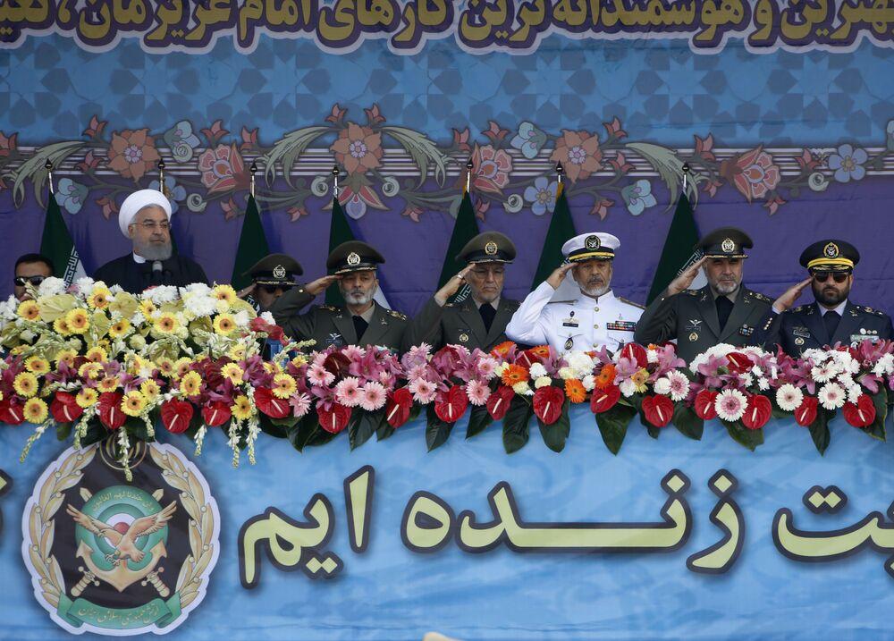 Prezydent Iranu Hasan Rouhani z żołnierzami podczas parady wojskowej w Teheranie