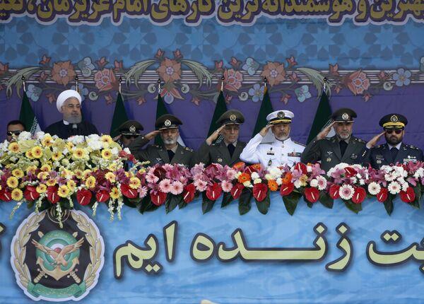 Prezydent Iranu Hasan Rouhani z żołnierzami podczas parady wojskowej w Teheranie - Sputnik Polska