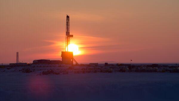 Wiertnia na miejscu wiercenia spółki naftowej Rosnieft - Sputnik Polska