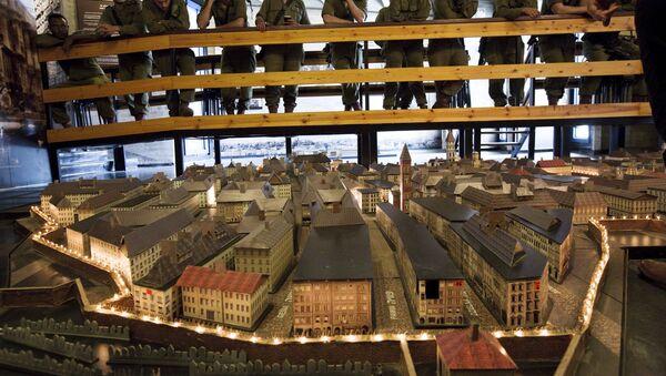 Izraelscy żołnierze obserwują model warszawskiego getta w muzeum w Izraelu - Sputnik Polska