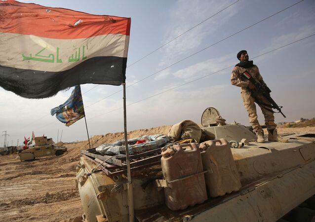 Iraccy wojskowi na pozycjach przy syryjskiej granicy. Zdjęcie archiwalne