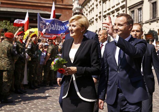 Prezydent Polski Andrzej Duda z żoną Agatą Kornhauser-Duda na ulicy Starego Miasta w Warszawie
