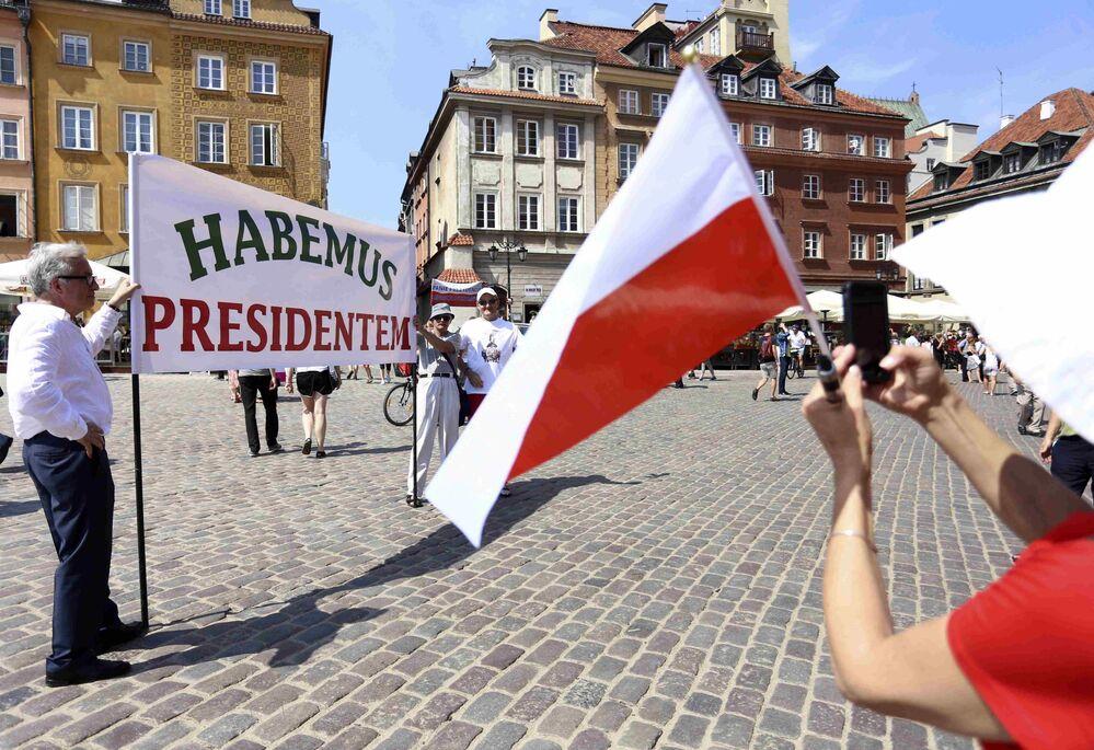 Ludzie trzymają baner z napisem Mamy prezydenta. Stare Miasto, Warszawa.