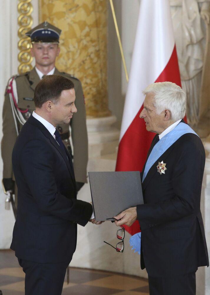 Nowy prezydent Polski Andrzej Duda odebrał odznaki Orderu Orła Białego podczas inauguracji w Zamku Królewskim w Warszawie
