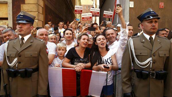 Ludzie witają nowego prezydenta Polski Andrzeja Dudy i jego żonę Agatę Kornhauser-Dudę na ulicach Starego Miasta w Warszawie - Sputnik Polska