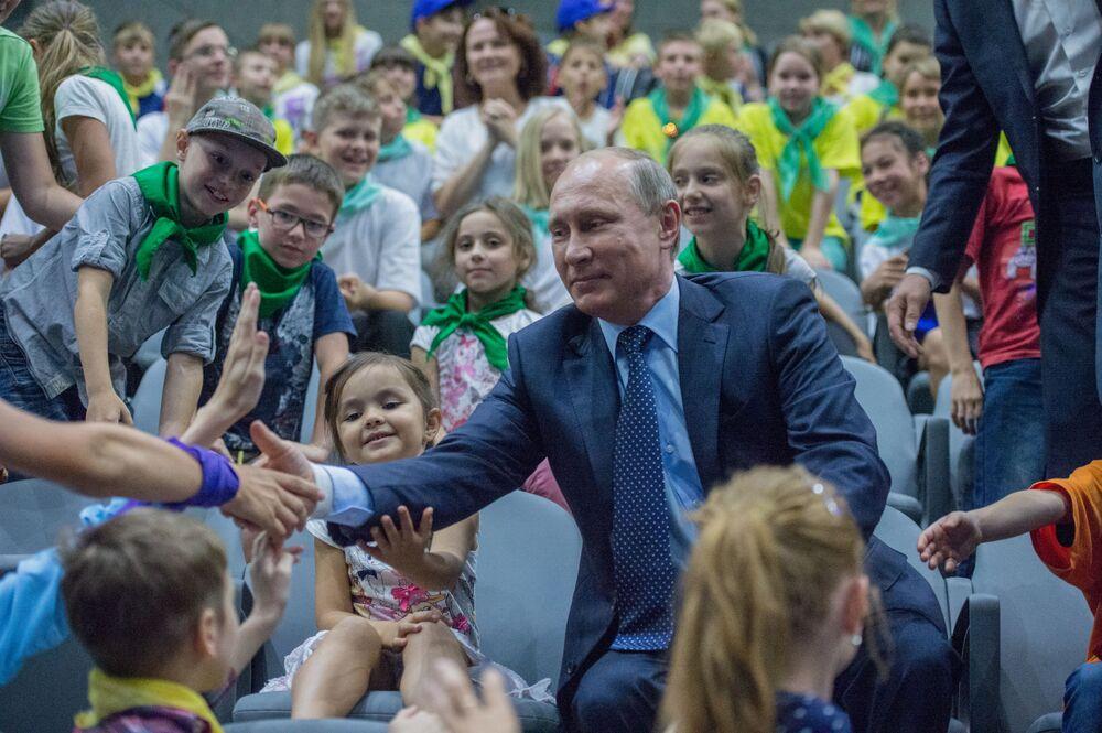 Prezydent Rosji Władimir Putin w centrum oceanografii i biologii morskiej Moskwarium w Moskwie, 05.08.2015 r.