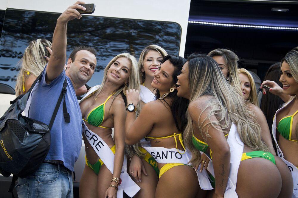 Mężczyzna robi selfie z uczestniczkami konkursu Miss Brazylia 2015