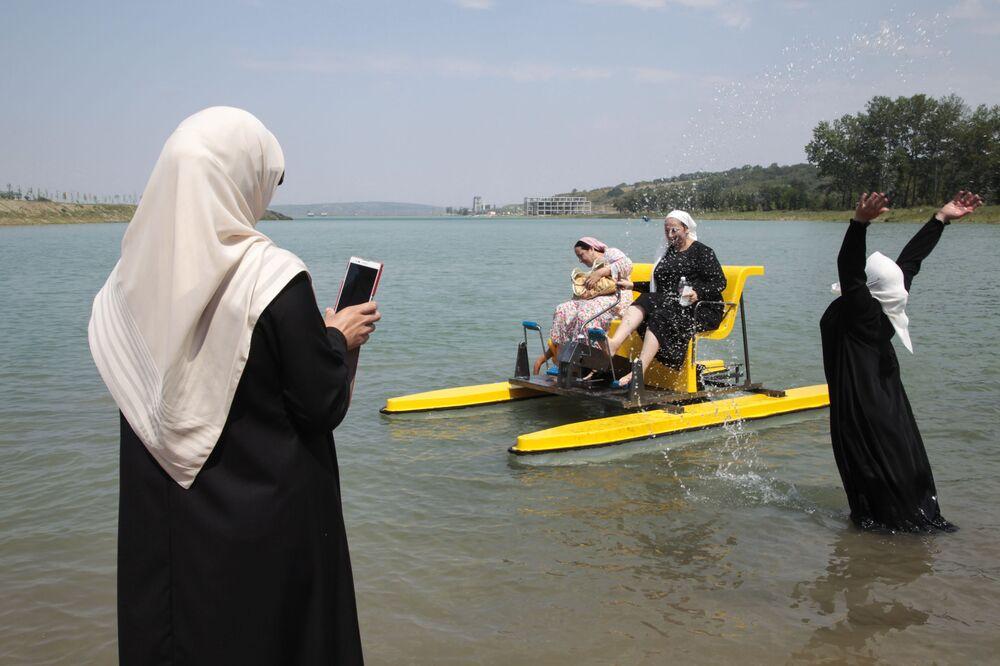 Czeczenki na pierwszej plaży dla kobiet w Groznym