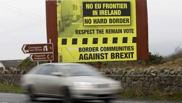 Samochód przekraczający granicę między brytyjskim regionem Irlandią Północną i Republiką Irlandii wchodzącą w skład UE - Sputnik Polska