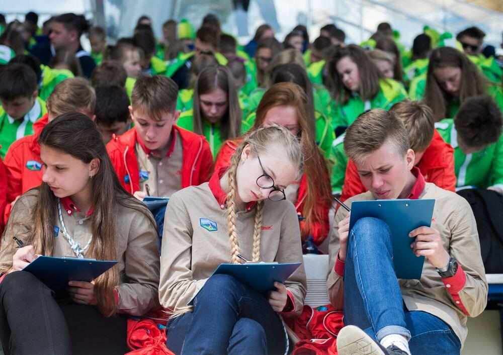 """Uczestnicy corocznej akcji edukacyjnej """"Totalne Dyktando 2018"""" w Międzynarodowym Dziecięcym Centrum """"Artek"""""""