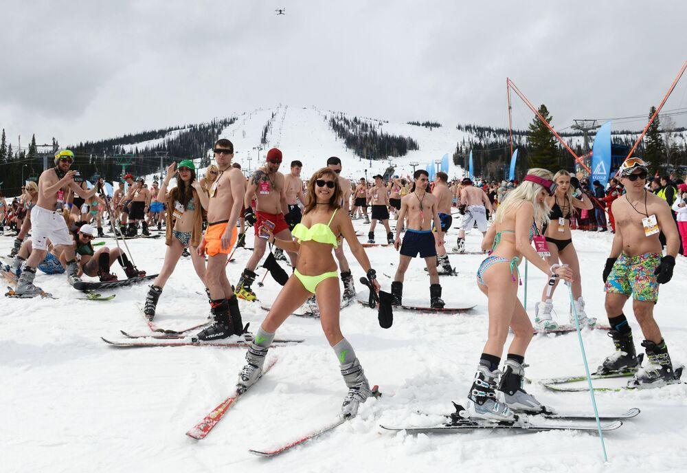 """Masowy zjazd narciarski w strojach kąpielowych """"Grelka fest"""" w Szeregesz"""