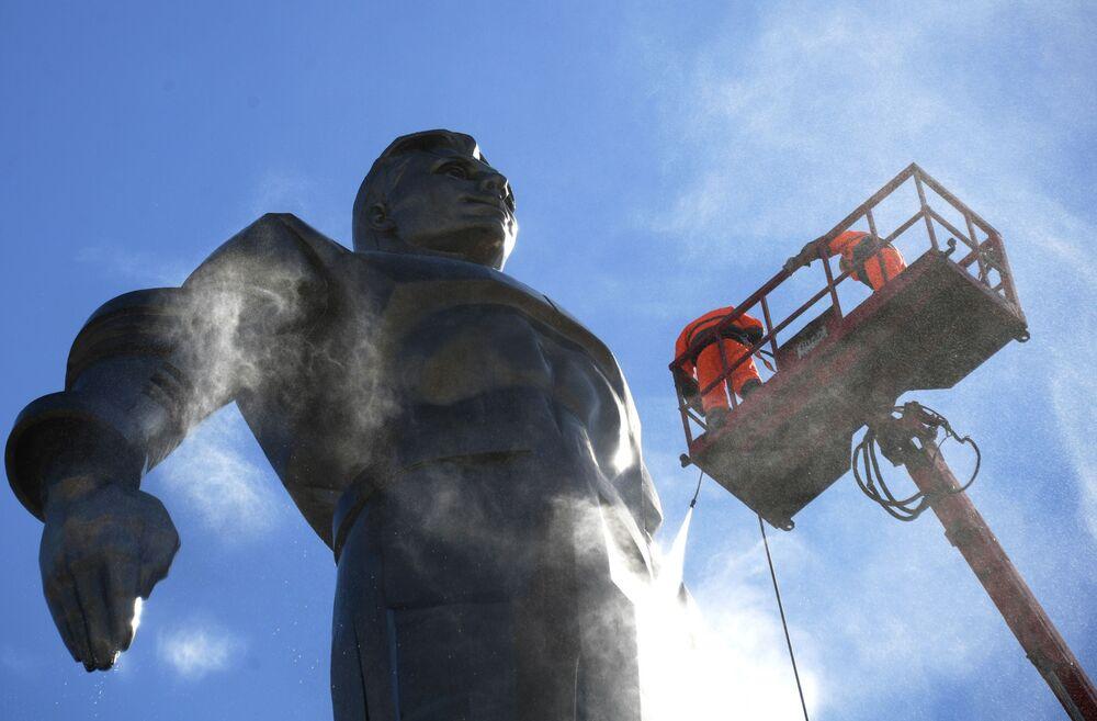 Mycie pomnika kosmonauty Jurija Gagarina w Moskwie
