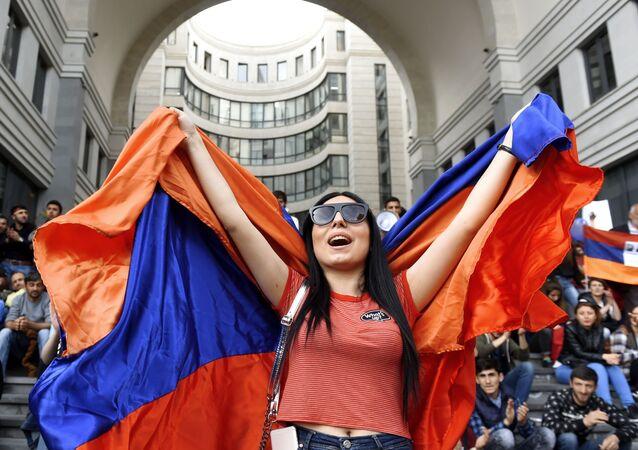 Uczestniczka akcji protestacyjnej zwolenników opozycji w Erywaniu