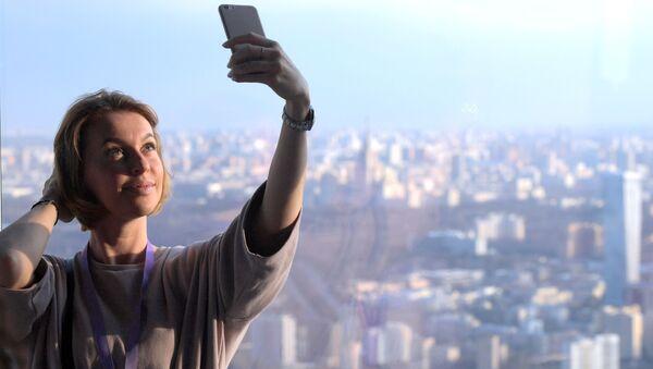 Dziewczyna na najwyższym placu widokowym w Europie, który znajduje się na 88 piętrze kompleksu biznesowego Moskwa city - Sputnik Polska