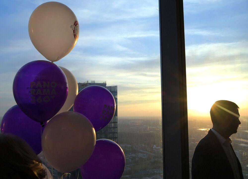 Mężczyzna na najwyższym placu widokowym w Europie, który znajduje się na 88 piętrze kompleksu biznesowego Moskwa city