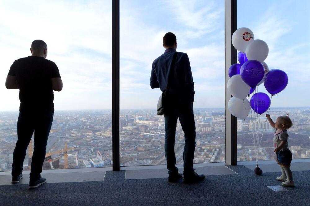 Widok z najwyższego placu widokowego w Europie, który znajduje się na 88 piętrze kompleksu biznesowego Moskwa city