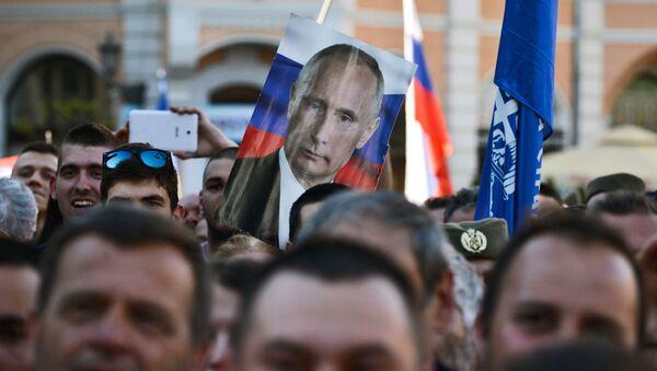 Portret Władimira Putina na wiecu zwolenników kandydata na prezydenta Serbii Seselja - Sputnik Polska
