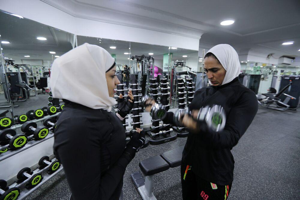 Dziewczyny podczas treningu w Al-Katif, Arabia Saudyjska