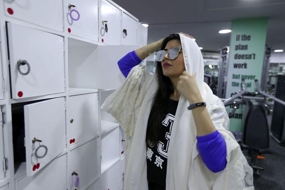 Dziewczyna w przebieralni fitness klubu w Al-Katif, Arabia Saudyjska