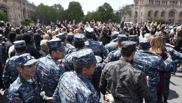 Полицейские на площади Республики в Ереване, где происходят акции протеста участников оппозиции - Sputnik Polska