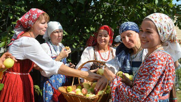 Jedzenie jabłek - Sputnik Polska