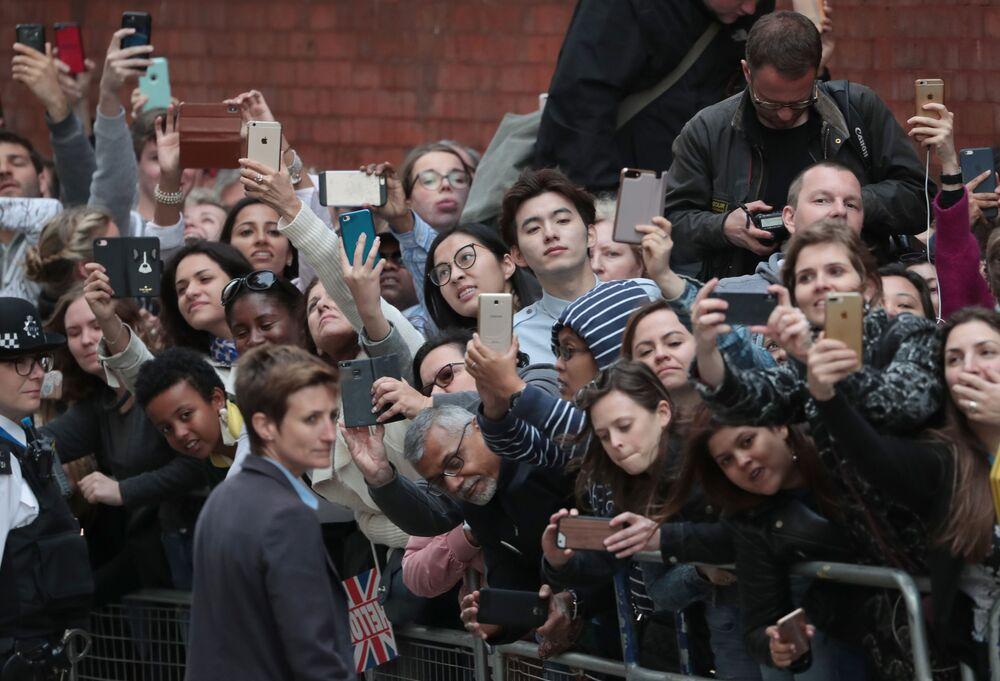 Ludzie przed szpitalem, gdzie Księżna Cambridge i książę William pokazali nowo narodzonego syna