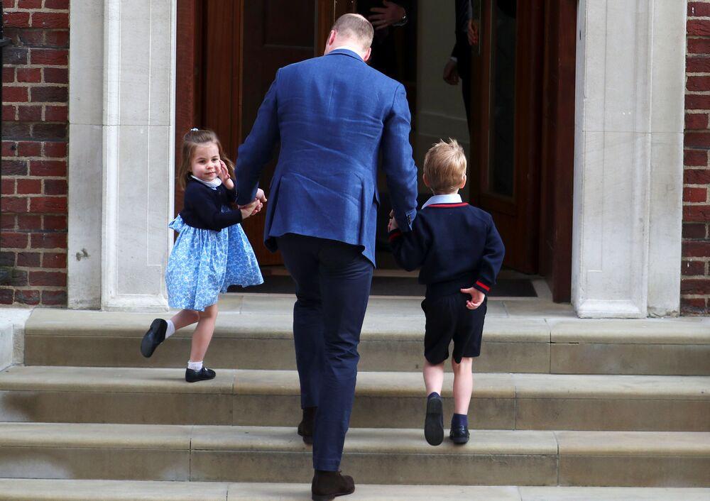 Książę William z dziećmi przed szpitalem, w którym rodziła syna księżna Kate