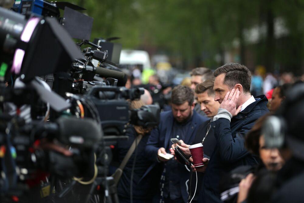 Dziennikarze przed szpitalem w centrum Londyna