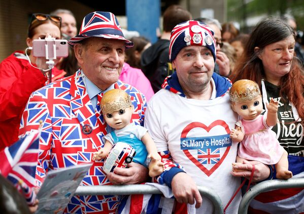 Wielbiciele królewskiej rodziny przed szpitalem w centrum Londyna - Sputnik Polska