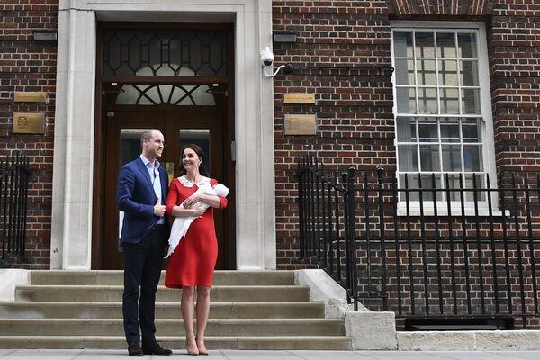 Księżna Cambridge i książę William z nowo narodzonym synem - Sputnik Polska