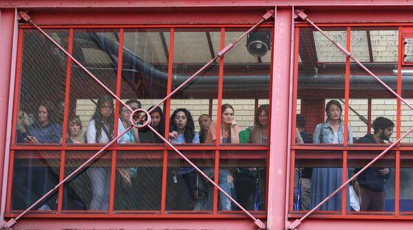 Ludzie przed szpitalem w Londynie - Sputnik Polska