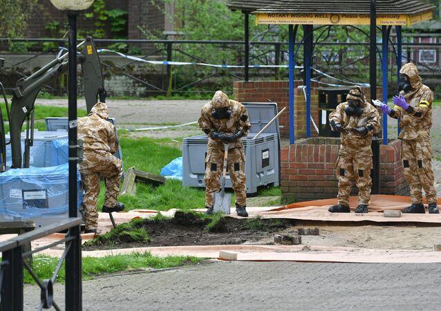 Brytyjscy eksperci niedaleko miejsca, gdzie został znaleziony Siergiej Skripal i jego córka