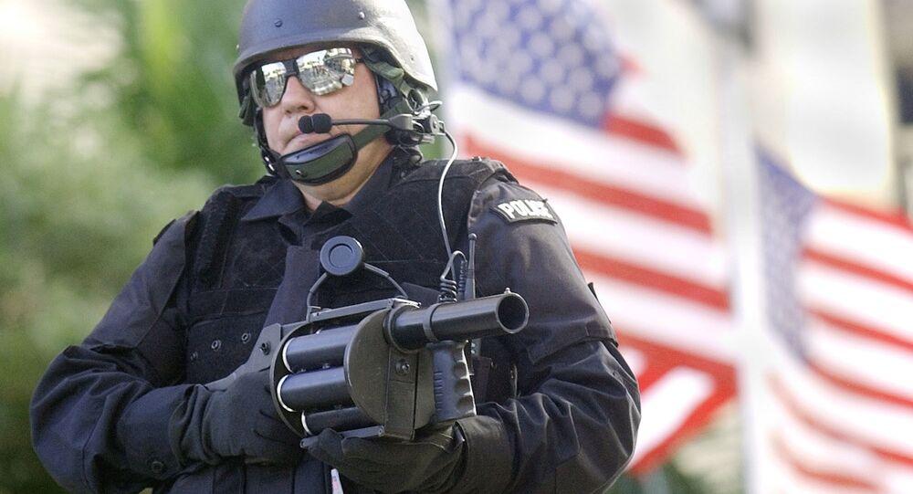 Uzbrojony amerykański policjant