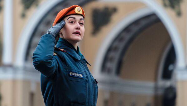 Kobieta służąca w rosyjskim wojsku na próbie Parady Zwycięstwa, Plac Pałacowy w Sankt Petersburgu - Sputnik Polska