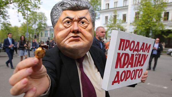 Uczestnicy akcji protestu przeciwko obecnemu prezydentowi Ukrainy Petrowi Poroszence przed budynkiem administracji prezydenta w Kijowie - Sputnik Polska