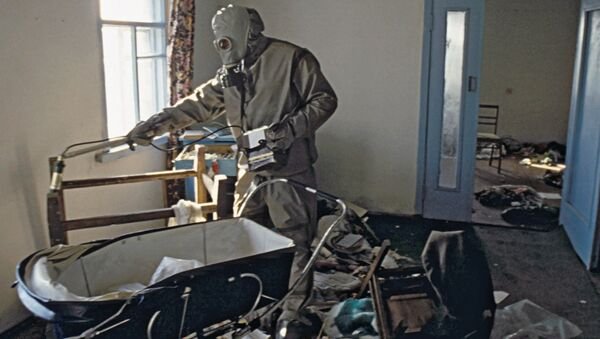 Prace zmniejszające skażenie radioaktywne w strefie zamkniętej po katastrofie w Czarnobylu - Sputnik Polska