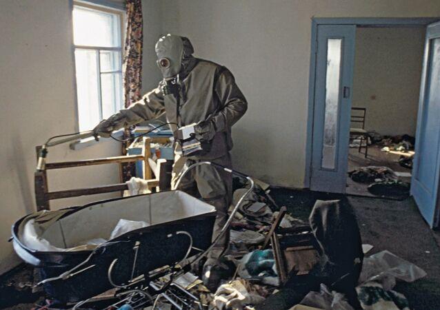 Prace zmniejszające skażenie radioaktywne w strefie zamkniętej po katastrofie w Czarnobylu
