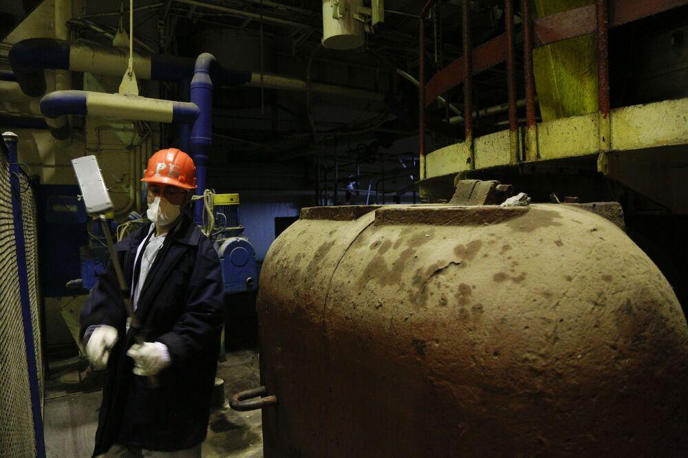 Pracownik sprawdza poziom skażenia radioaktywnego w strefie reaktoru №3, Czarnobyl, Ukraina