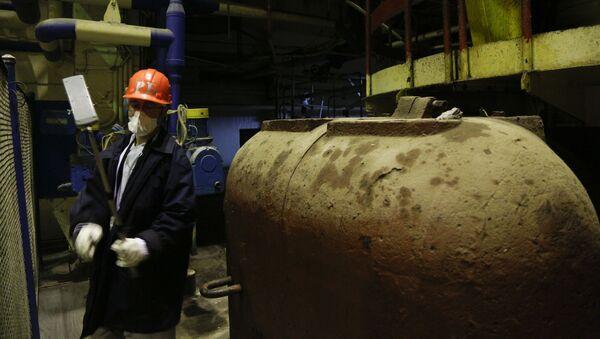 Pracownik sprawdza poziom skażenia radioaktywnego w strefie reaktoru №3, Czarnobyl, Ukraina - Sputnik Polska