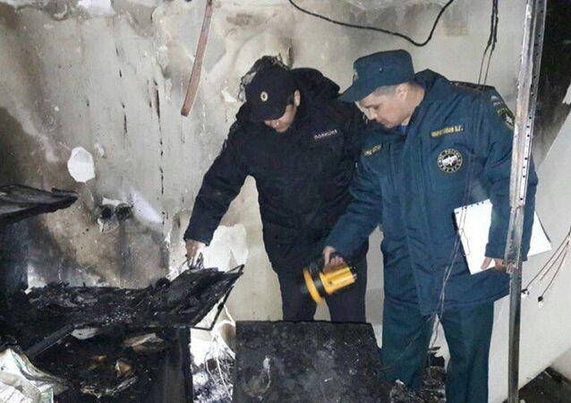 Pracownicy policji i MSN na miejscu pożaru na porodówce w Ufie