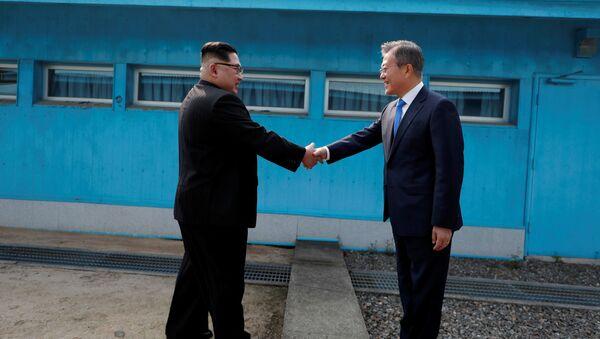 Prezydent Korei Południowej Moon Jae-ina i lider KRLD Kim Dzong Un - Sputnik Polska