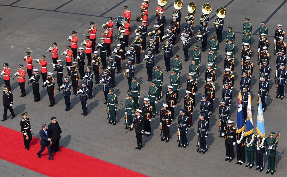 Prezydent Korei Południowej Moon Jae-ina i lider KRLD Kim Dzong Un na czerowonym dywanie na ceremonii powitalnej