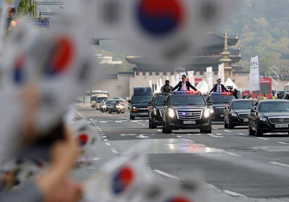 Ludzie witają prezydenta Korei Południowej