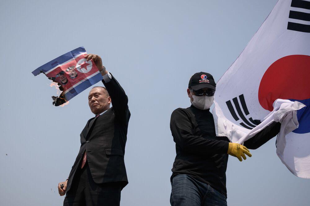 Aktywiści palą Flagę Korei Północnej w Imjingak Peace Parku podczas spotkania w Domu Pokoju w miejscowości Panmundżom