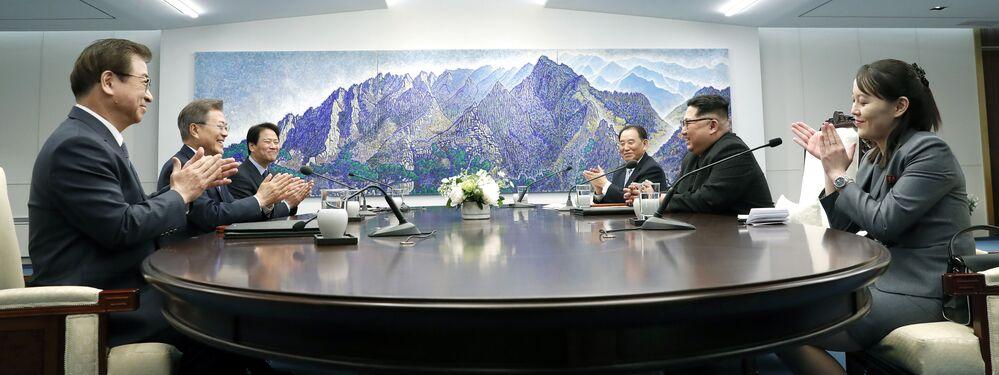 Prezydent Korei Południowej Moon Jae-ina i lider KRLD Kim Dzong Un podczas spotkania w Domu Pokoju, Panmundżom