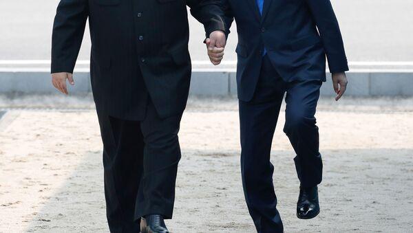 Prezydent Korei Południowej Moon Jae-ina i lider KRLD Kim Dzong Un, Panmundżom - Sputnik Polska